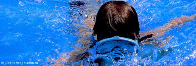 Schwimmendes Kind mit Taucherbrille