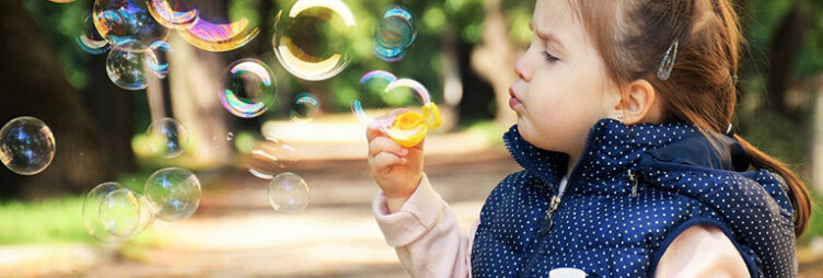 Wir haben einige coronakompatible Draußen-Spiel-Tipps für Babysitter zusammengestellt.
